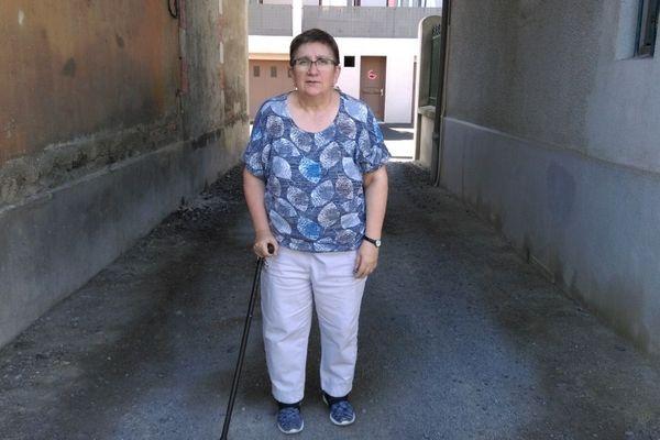 Annie Leschier, 60 ans, atteinte de sclérose en plaques depuis plus de  vingt ans, vit à Clermont-Ferrand