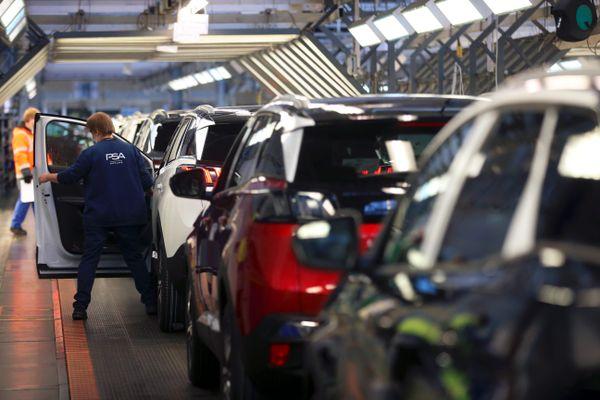 Montbéliard le 14/10/2020 - Des ouvriers travaillent le long de la chaîne de production dans les ateliers de fabrication des Peugeot 308, 3008, 5008 et Opel Grandland X de l'usine de Sochaux du constructeur automobile PSA