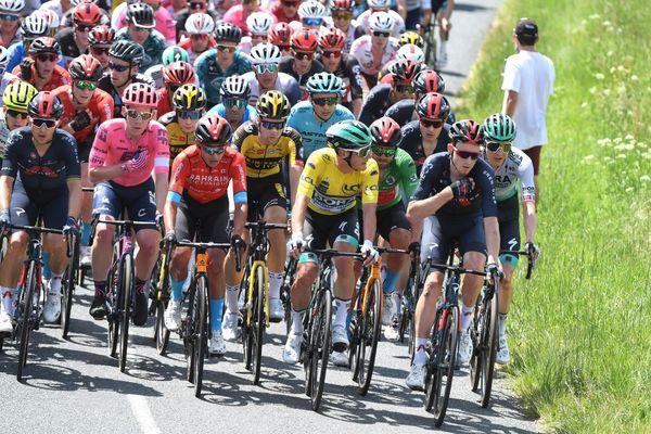Le peloton entoure le maillot jaune au sommet de la cote du Planil au cours de la 5e étape entre Saint Chamond et Saint Vallier.