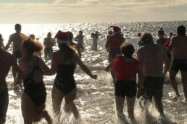 Une centaine de personnes s'est jetée à l'eau pour les Restos du cœur - 17 décembre 2017