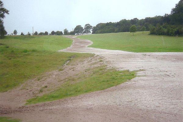 Aujourd'hui fermé, le golf d'Abbeville-Grand-Laviers risque d'être transformé en terres agricoles, au grand dam des habitants qui craignent un accroissement des coulées de boue (En 2002, le golf avait permis de retenir les coulées de boue suite à un orage violent).
