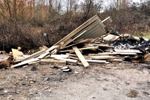 Un dépôt d'ordures sur le chemin qui longe les jardins familiaux situés à quelques centaines de mètres de la déchèterie des Cassoirs, à Auxerre.
