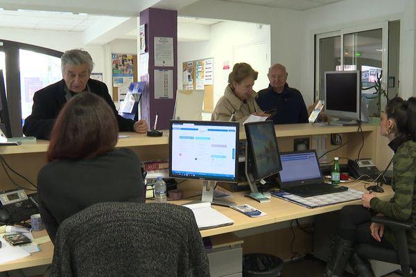 Les habitants bénéficient de renseignements et d'une aide concrète en matière informatique pour l'accès aux administrations.