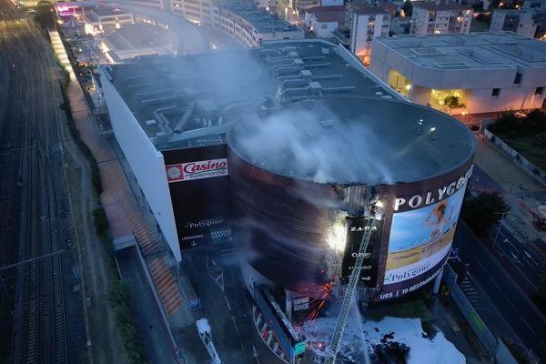 Le feu est parti d'un panneau publicitaire situé sur la façade du Polygone de Béziers, ce jeudi 17 juin.