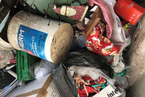 Papier, carton, plastique... au lendemain de Noël, des tonnes d'emballages cadeaux font déborder les poubelles.