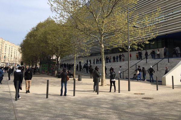 Queue de plusieurs heures pour se faire dépister du coronavirus dimanche 22 mars à Marseille, à l'IHU, centre de référence pour le Covid-19.