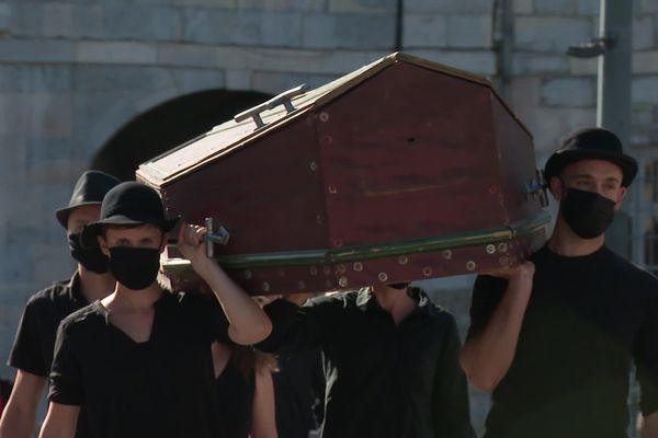 Sur des notes de Vivaldi, un cercueil porté par quatre silhouettes vêtues de noir © S.Poirier