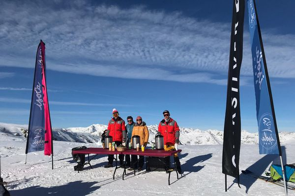 Toutes les semaines, les randonneurs sont accueillis avec des boissons chaudes au Col de la Lombarde.
