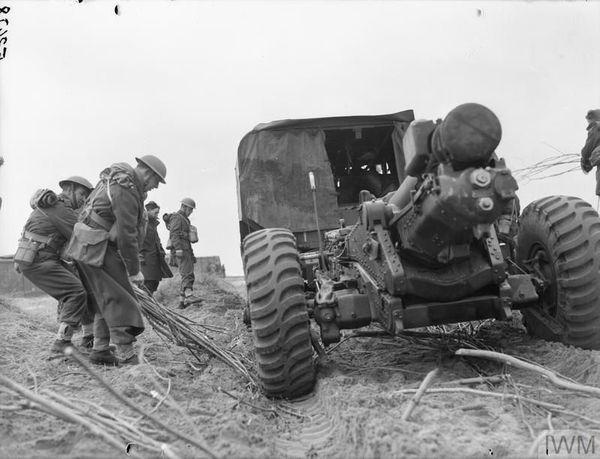 Les artilleurs britanniques du 3e Medium Regiment, près de Calais, le 30 mars 1940.