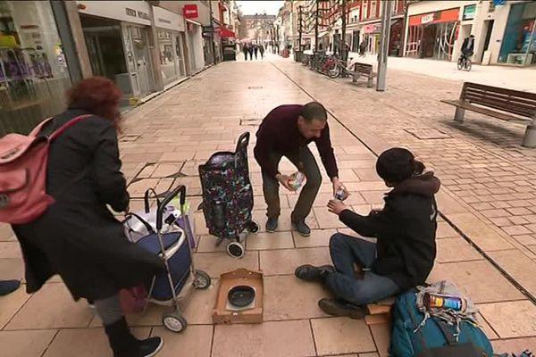Tous les weekends, Mounir et Amal distribuent à manger aux sans-abris dans les rues d'Amiens, sur leurs deniers personnels.