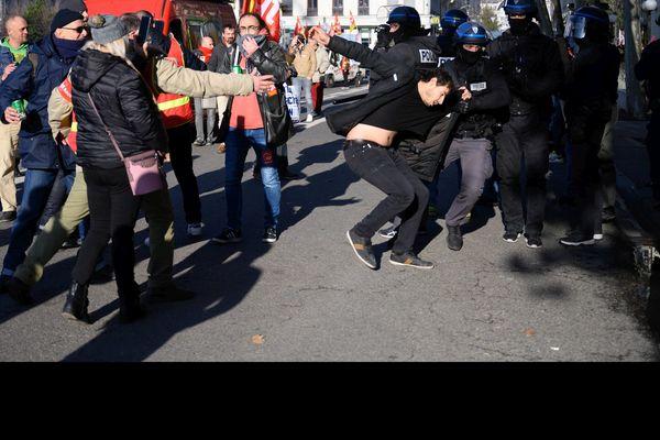 On voit sur cette image Arthur N. se faire attraper par les policiers.