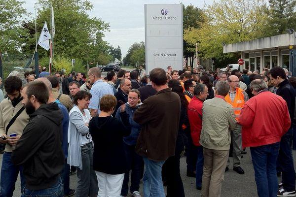 Les salariés rassemblés devant le site d'Orvault à l'annonce de la fermeture