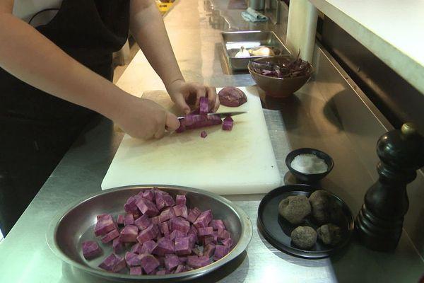 La patate douce, longtemps exotique, est maintenant cultivée dans la région et concurrence la châtaigne avec sa douceur sucrée.