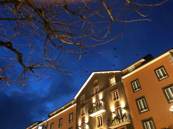 La nuit baigne d'une lumière mystérieuse le Grand Hôtel de Gérardmer.