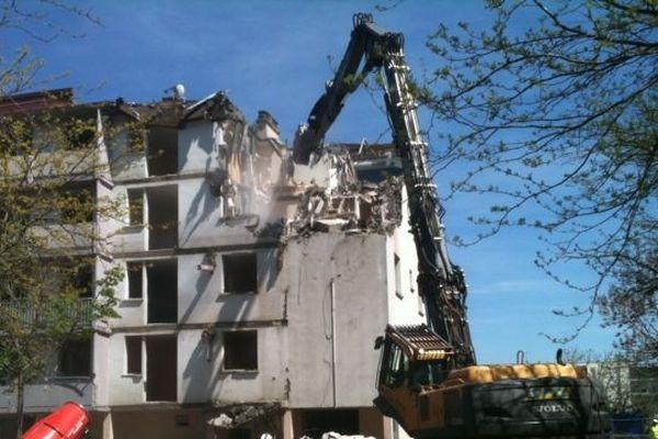 La démolition du premier immeuble a commencé en fin de matinée, mercredi.