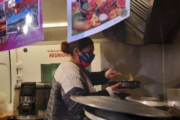 Aurélie Sita dans son food-truck de cuisine réunionnaise