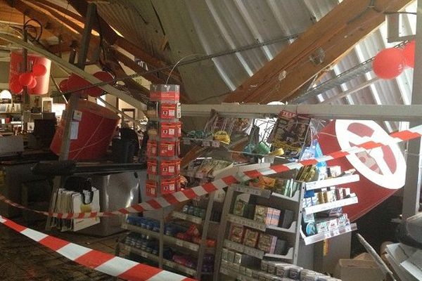 Une partie du toit du supermarché s'est effondré sur les caisses