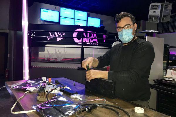 Maurice Derouet patron du Cara Club profite de la fermeture pour faire des travaux