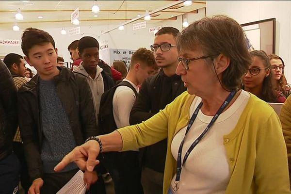 Dessinatrice judiciaire, Dominique Lemarié a rencontré des élèves de terminale au salon de Saint-Just-le-Martel.