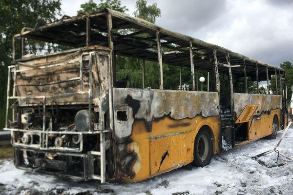 Le car Rémi aurait pris feu à cause d'une fuite de carburant.