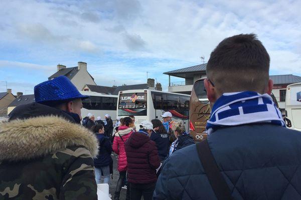 Le supporters granvillais prêts à embarquer dans les bus pour Beauvais