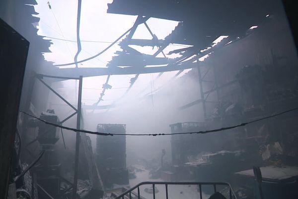L'entreprise de recyclage de plastique été en grande partie détruite par l'incendie.