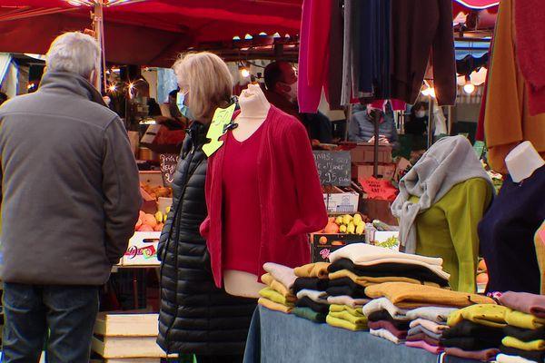 21 mars 2021- Vente de vêtements sur le marché du Clos Saint-Marc à Rouen