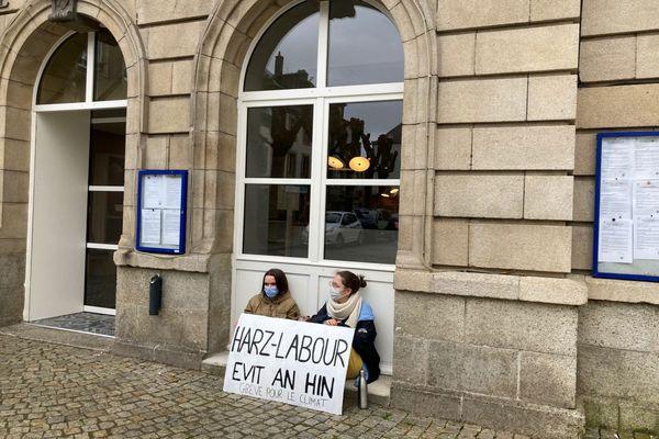 Gwennaig et Maiwenn devant la mairie de Carhaix, dans le Finistère