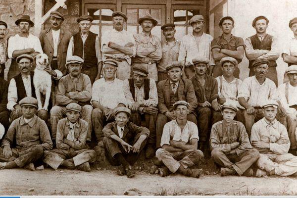Dans les années 30, des ouvriers de toute l'Europe ont rejoint la mine de Diélette. Ils vivaient dans un premier temps dans la cantine de la mine.