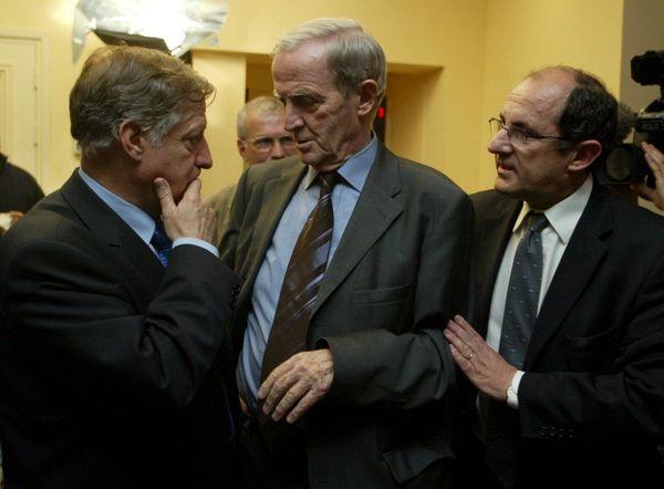 Pierre Chaubon, dans les coulisses de l'assemblée de Corse, en discussion avec Edmond Simeoni et Simon Renucci
