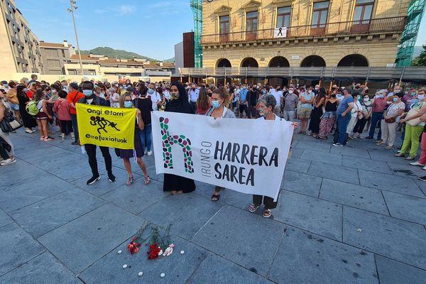 Une centaine de personnes se sont retrouvées place San Juan à Irun, pour dénoncer la noyade d'un migrant.