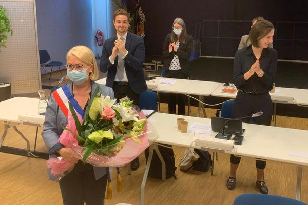 Michèle Lutz, dont on devine le sourire sous le masque, vient d'être réélue par le conseil municipal à la tête de Mulhouse
