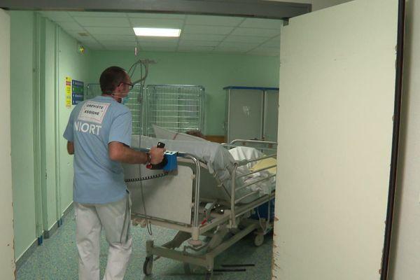 Les brancardiers de l'hôpital de Niort ont débrayé ce 7 octobre 2020 pour demander du personnel supplémentaire.