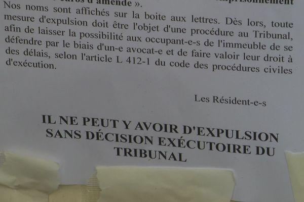 Affiche revendicative accrochée par des résidents