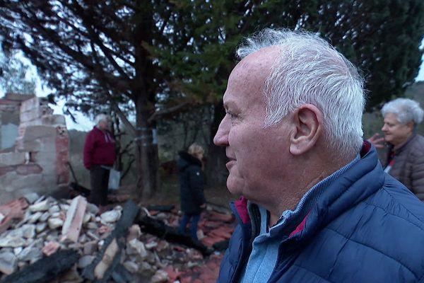 Tristesse et consternation pour les adhérents de l'association Goupil connexion devant leur mazet détruit.