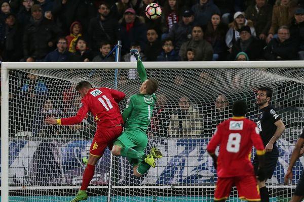 1/8 de finale de Coupe de France Quevilly - Guingamp. Le gardien guingampais Karl-Johan Johnsson écarte le ballon - 1er mars 2017