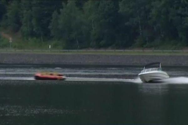 Le bateau tire une bouée géante.