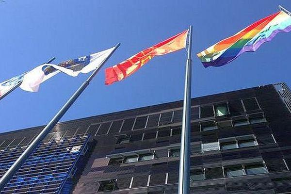 Montpellier - le drapeau arc-en-ciel au fronton de la mairie pour la journée internationale contre l'homophobie - 17 mai 2016.