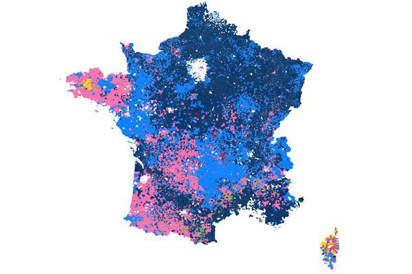 Le Front national obtient ses meilleurs scores dans de petites communes, comme Courcelles-sur-Voire (Aube) ou Guindrecourt-sur-Blaise (Haute-Marne), où il obtient 90% des suffrages exprimés.