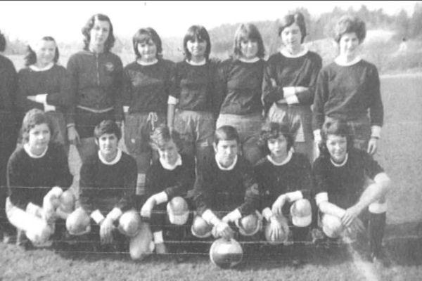 Voici la première équipe bisontine de football féminin (1971-1972).