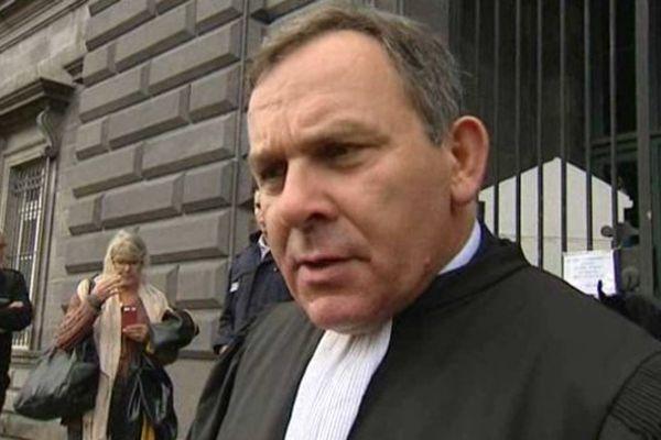 L'avocat de la famille Marin, Francis Szpiner, à la sortie de la Cour d'assises des mineurs de Riom, le 08/10/2014.
