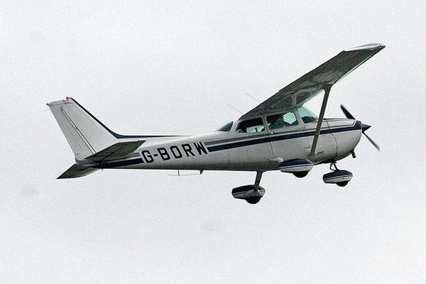 L'avion de tourisme s'est crashé au milieu d'un champ à Abzac en Gironde.