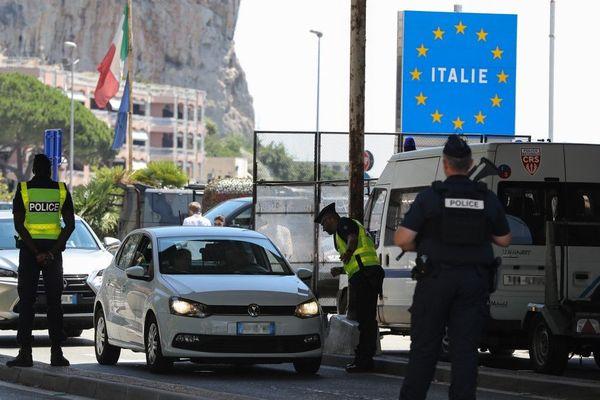 Les policiers français contrôlent les véhicules en provenance d'Italie à la frontière franco-italienne à Menton, 29 juin 2018.