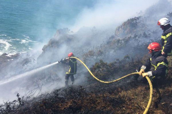 L'accès difficile et le vent fort n'ont pas facilité la tâche des pompiers lors de ce feu de lande au-dessus de l'anse Du Guesclin, le 5 juillet 2016