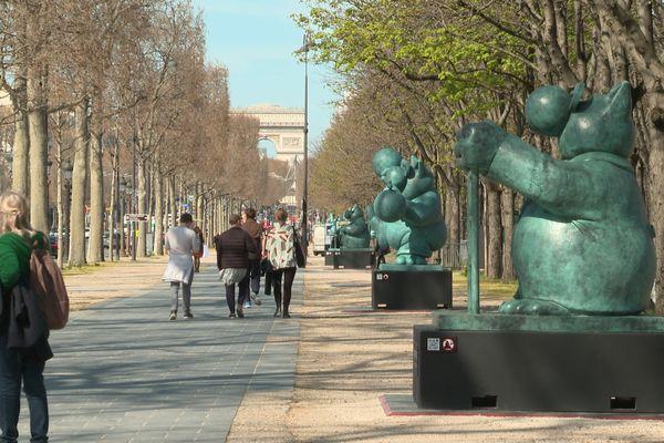 20 gigantesques sculptures du Chat de Philippe Geluck exposées sur les  Champs-Elysées