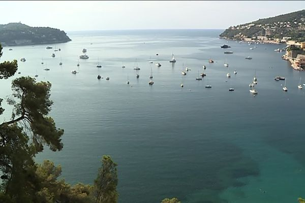 La rade de Villefranche-sur-Mer est l'une des plus fréquentées de la Côte d'Azur.