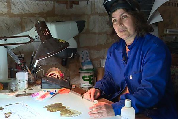 Anne Pinto (restauratrice de vitraux) est installée à Tusson depuis 28 ans.