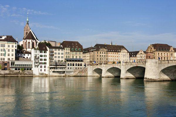 Le temps ensoleillé à Bâle (Suisse) pousse les jeunes à se baigner dans le Rhin en sautant des ponts.