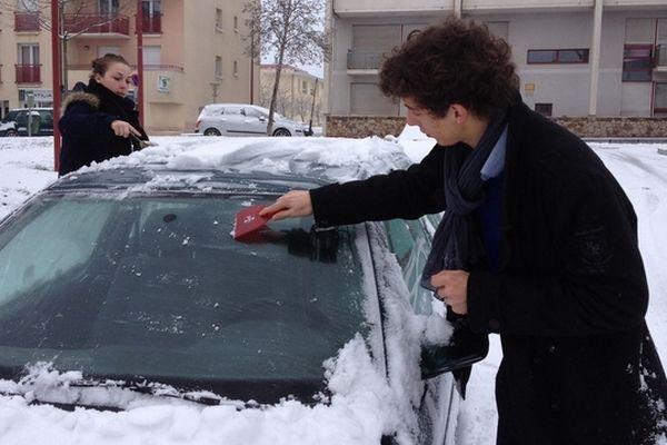 les automobilistes ont du gratter leur pare-brise avant de prendre la route à Rodez