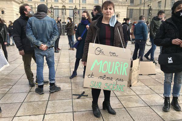 Une manifestante du monde du spectacle devant l'Hôtel de ville de Dijon